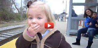 девочка впервые видит поезд
