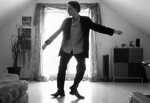 как он танцует